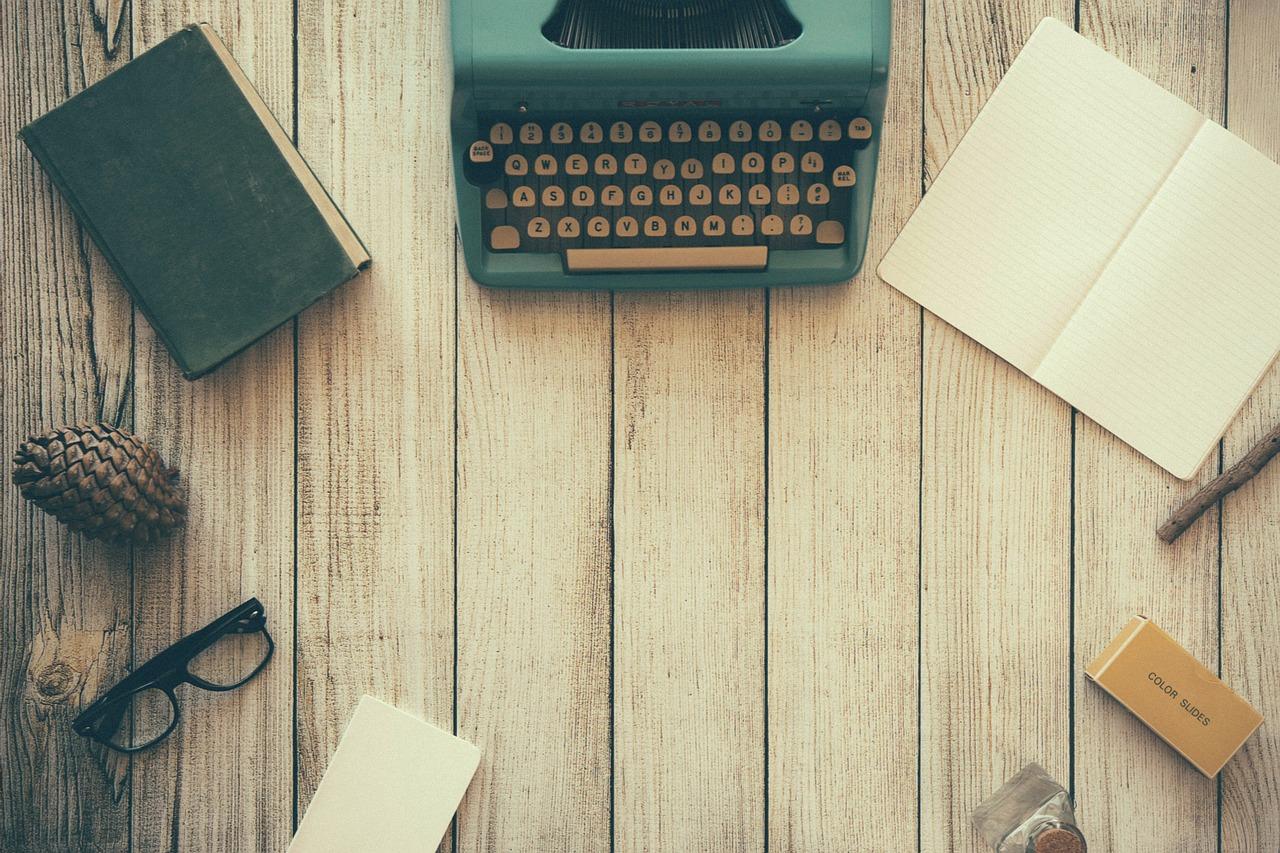 tavolo con macchina da scrivere